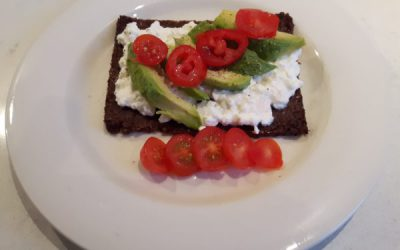 Roggebrood met avocado, tomaatjes en huttenkäse